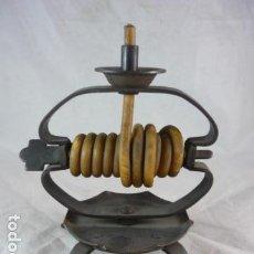 Antiquités: ANTIGUO PORTAVELAS FORJA - VELA ROLLO - ENROLLADA - 18 CM ALTO - PALMATORIA - MADE IN SPAIN. Lote 137550866