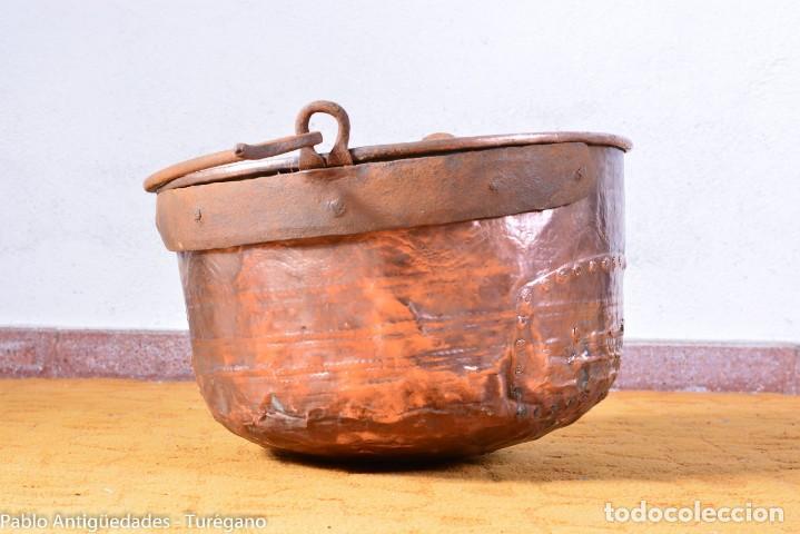 Antigüedades: Pote o caldera muy antigua realizada en cobre cincelado - Siglo XIX - Decoración geométrica punteado - Foto 2 - 137556714