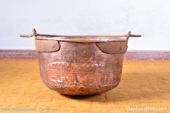 Antigüedades: Pote o caldera muy antigua realizada en cobre cincelado - Siglo XIX - Decoración geométrica punteado - Foto 3 - 137556714