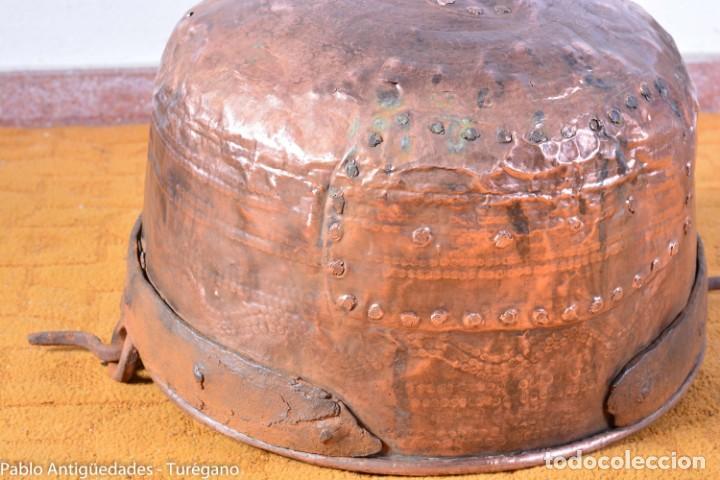 Antigüedades: Pote o caldera muy antigua realizada en cobre cincelado - Siglo XIX - Decoración geométrica punteado - Foto 4 - 137556714