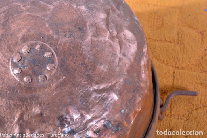 Antigüedades: Pote o caldera muy antigua realizada en cobre cincelado - Siglo XIX - Decoración geométrica punteado - Foto 5 - 137556714