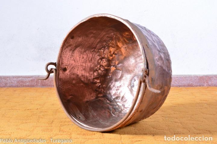 Antigüedades: Pote o caldera muy antigua realizada en cobre cincelado - Siglo XIX - Decoración geométrica punteado - Foto 7 - 137556714