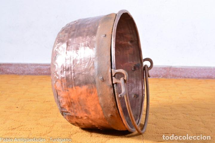 Antigüedades: Pote o caldera muy antigua realizada en cobre cincelado - Siglo XIX - Decoración geométrica punteado - Foto 8 - 137556714