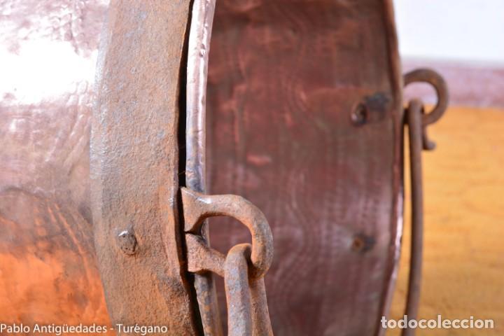 Antigüedades: Pote o caldera muy antigua realizada en cobre cincelado - Siglo XIX - Decoración geométrica punteado - Foto 10 - 137556714