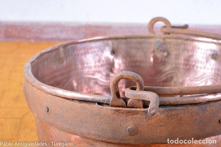 Antigüedades: Pote o caldera muy antigua realizada en cobre cincelado - Siglo XIX - Decoración geométrica punteado - Foto 12 - 137556714