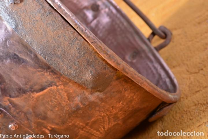 Antigüedades: Pote o caldera muy antigua realizada en cobre cincelado - Siglo XIX - Decoración geométrica punteado - Foto 18 - 137556714