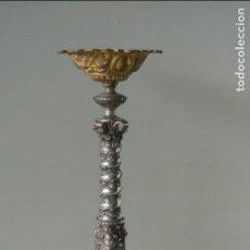 Antigüedades: ANTIGUO PORTAVELAS , DE METAL , Y METAL PLATEADO. COLUMNA SOLOMÓNICA, MOTIVOS FLORALES.. Lote 137567466