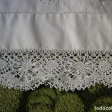 Antiquitäten - Dos antiguas fundas de almohada,con encaje de bolillos manual y bordadas a mano con hilo de seda. - 137643418