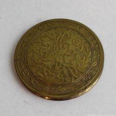 Antigüedades: ANTIGUA POLVERA DE METAL,DORADA,MOTIVOS FLORALES. Lote 145337721