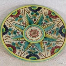Antigüedades: PLATO EN CERAMICA PUENTE DEL ARZOBISPO FIRMADO CASAS. Lote 137687254
