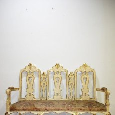 Antigüedades: ANTIGUO SOFÁ TALLADO MADERA BEIGE Y PAN DE ORO. Lote 137726878
