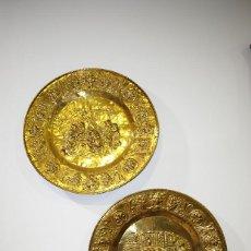 Antigüedades: PAREJA DE PLATOS ANTIGUOS DE LATÓN DORADO REPUJADO. Lote 137732634