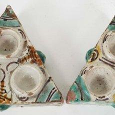 Antigüedades: PAREJA DE ESPECIEROS EN CERÁMICA PINTADA A MANO. TALAVERA. SIGLO XVIII. Lote 137741270