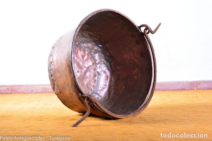 Antigüedades: Gran tamaño - Caldero o caldera de cobre con asa en hierro - Cobre cincelado y decorado - 53 cm - Foto 2 - 137751910
