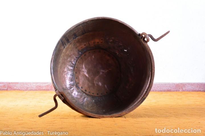 Antigüedades: Gran tamaño - Caldero o caldera de cobre con asa en hierro - Cobre cincelado y decorado - 53 cm - Foto 5 - 137751910