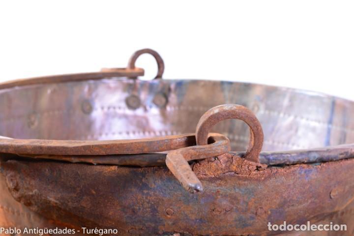 Antigüedades: Gran tamaño - Caldero o caldera de cobre con asa en hierro - Cobre cincelado y decorado - 53 cm - Foto 8 - 137751910