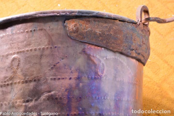 Antigüedades: Gran tamaño - Caldero o caldera de cobre con asa en hierro - Cobre cincelado y decorado - 53 cm - Foto 17 - 137751910
