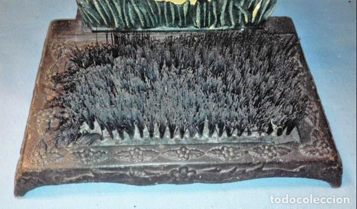 Antigüedades: CEPILLO PARA LIMPIAR SUELA DE LOS ZAPATOS CON FORMA DE PATO ORIGINAL VER FOTOS Y DESCRIPCION - Foto 2 - 137760458