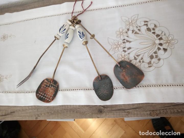 ANTIGUO JUEGO DE CUCHARONES,ESPUMADERA Y TENEDOR,MANGO DE PORCELANA, (Antigüedades - Técnicas - Rústicas - Utensilios del Hogar)