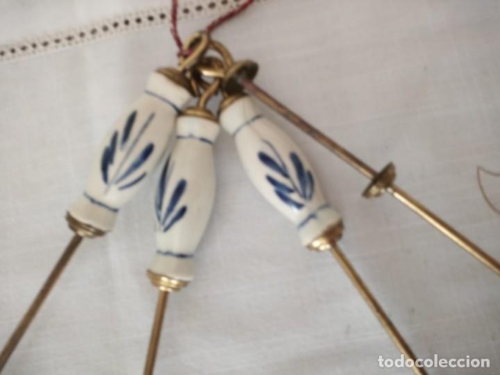 Antigüedades: Antiguo juego de cucharones,espumadera y tenedor,mango de porcelana, - Foto 2 - 137903722