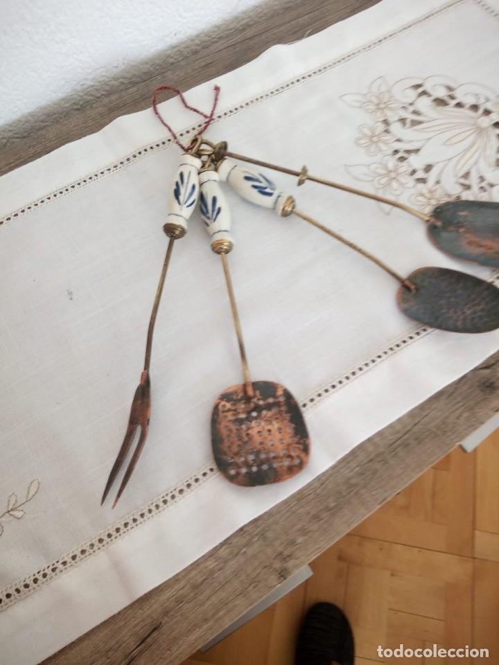 Antigüedades: Antiguo juego de cucharones,espumadera y tenedor,mango de porcelana, - Foto 3 - 137903722