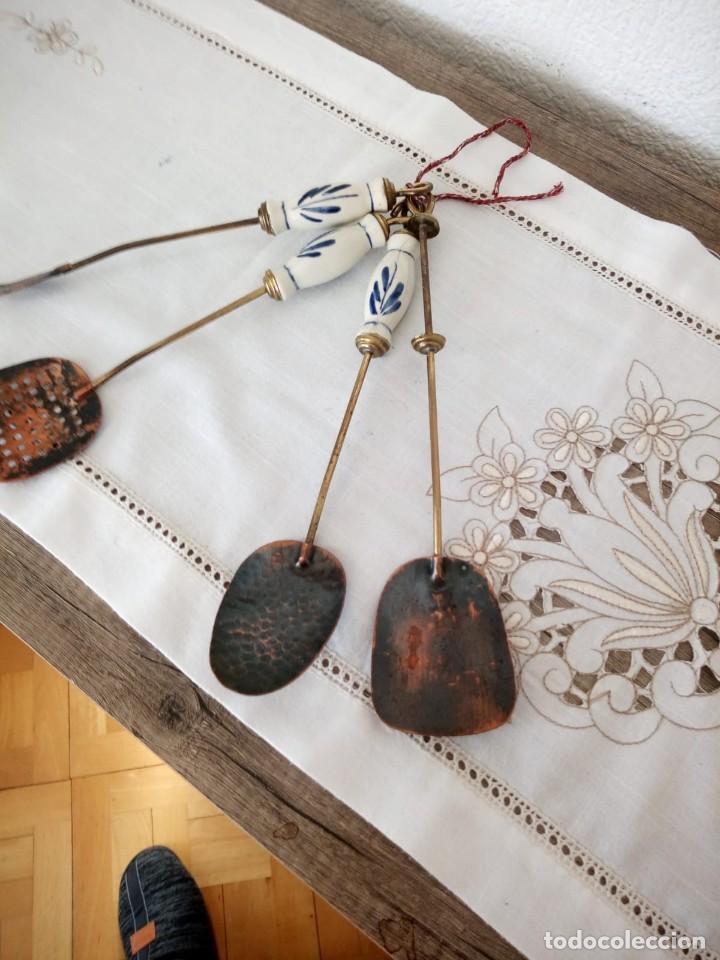 Antigüedades: Antiguo juego de cucharones,espumadera y tenedor,mango de porcelana, - Foto 4 - 137903722