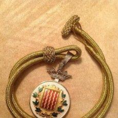 Antigüedades: MEDALLA CORONADA CON CORDÓN HILO ORO DEL AYUNTAMIENTO DE TARRAGONA. PLATA? CON ESMALTE.. Lote 145074932