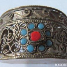 Antigüedades: CAJITA TIBETANA EN FILIGRANA CON TURQUESAS Y CORAL ROJO. Lote 137916158