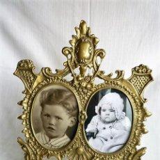 Antigüedades: PORTARRETRATOS DOBLE DE BRONCE CON CRISTALES Y PIE CIRCA 1940 - MUY ORNAMENTADO - PORTAFOTOS. Lote 137964666
