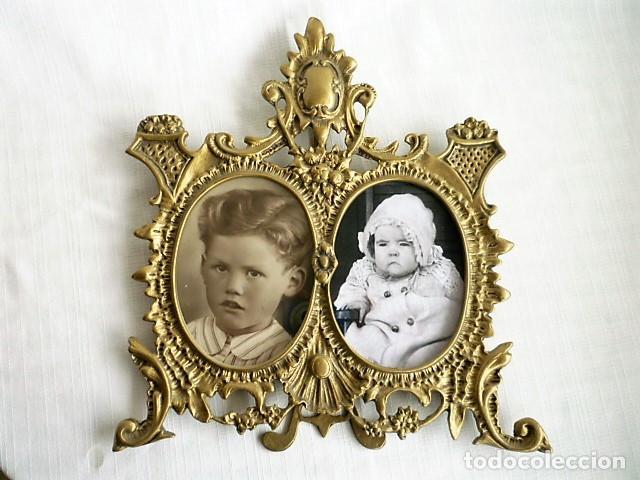 Antigüedades: PORTARRETRATOS DOBLE DE BRONCE CON CRISTALES Y PIE CIRCA 1940 - MUY ORNAMENTADO - PORTAFOTOS - Foto 4 - 137964666