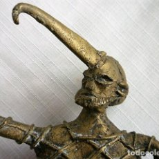 Antigüedades: FIGURA EN BRONCE DE BRUJO REALIZANDO CONJURO CON LIBRO DE RITUAL Y CUCHILLO DE SACRIFICIO. Lote 137967814