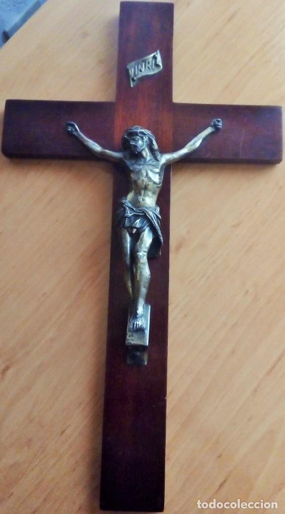 CRUCIFIJO EN MADERA DE CAOBA Y BRONCE PRINCIPIOS SXX. 43CMX27CM (Antigüedades - Religiosas - Crucifijos Antiguos)