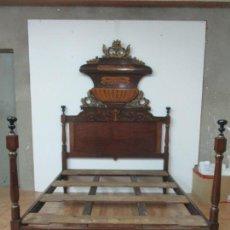 Antigüedades: BONITA CAMA ISABELINA - MADERA DE CAOBA Y MARQUETERÍA - FINA TALLA DE MADERA DORADA - S. XIX. Lote 138008042