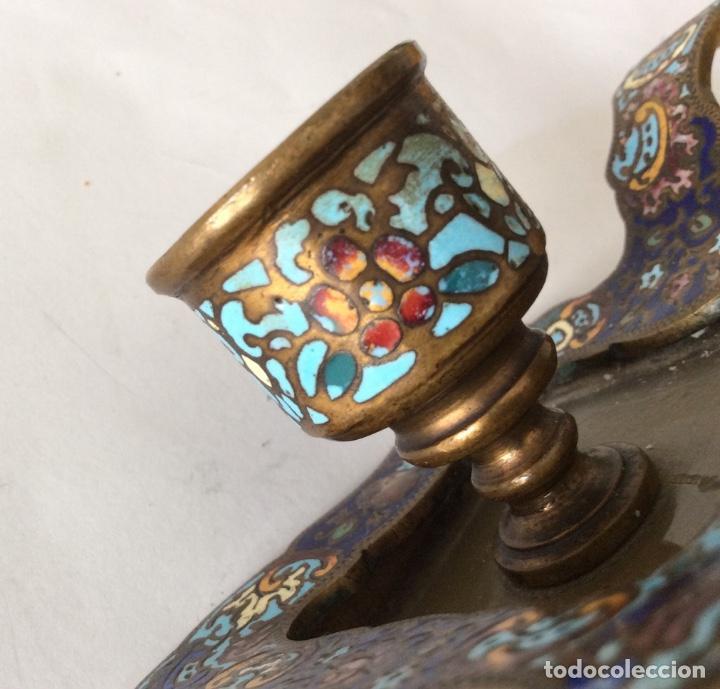 Antigüedades: Antiguo porta velas en metal con cloisonne - Foto 8 - 143341504