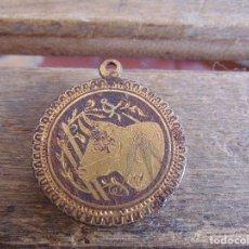 Antigüedades: MEDALLON MEDALLA CON CABEZA DE TORO DAMASQUINADO Y FOTO DE MUJER. Lote 138083582