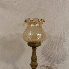 Antigüedades: LAMPARA DE SOBREMESA DE METAL Y TULIPA DE CRISTAL. Lote 138084450