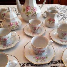 Antigüedades: PRECIOSO JUEGO DE CAFÉ ITALIANO COMPLETO Y SELLADO 12 PERSONAS CON DELICADOS MOTIVOS FLORALES. Lote 138091326