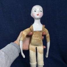 Muñecas Porcelana: MUÑECA TELA CUERPO PORCELANA CABEZA BRAZOS PIERNAS NO MARCAS 39X9CMS. Lote 138096146