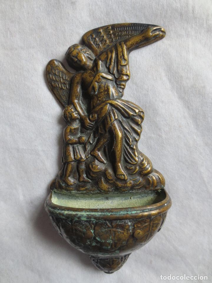 PILA BENDITERA DE BRONCE, EN RELIEVE EL ANGEL DE LA GUARDA (Antigüedades - Religiosas - Benditeras)