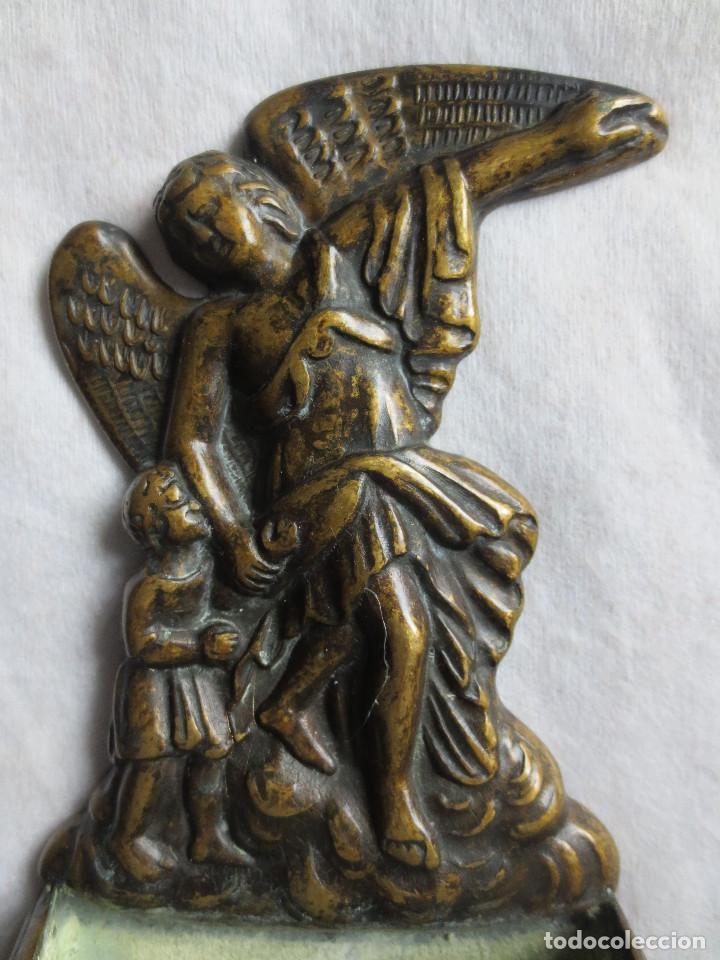 Antigüedades: PILA BENDITERA DE BRONCE, EN RELIEVE EL ANGEL DE LA GUARDA - Foto 2 - 138125266