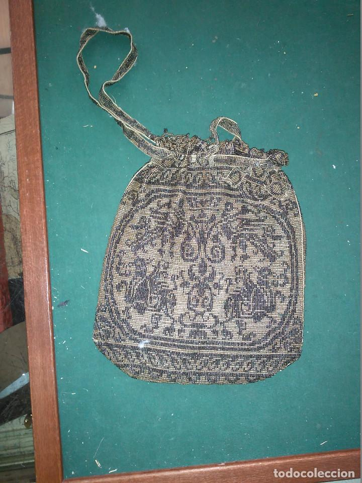 MAGNIFICO ANTIGUO BOLSO DEL SIGLO XIX EN MICRO PERLAS METALICAS (Antigüedades - Moda - Bolsos Antiguos)