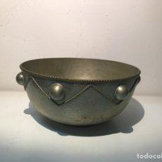 Antigüedades: CENTRO DE METAL REPUJADO ÁRABE. FRUTERO.. Lote 138529984