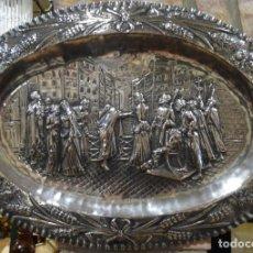 Antigüedades: BANDEJA OVAL DE PLATA REPUJADA JESÚS EN EL MERCADO. Lote 138541750