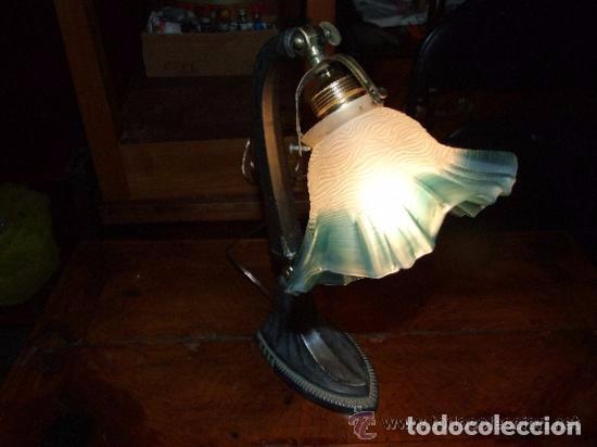 Antigüedades: LAMPARA SOBREMESA ART DECO EN ESTAÑO Y TULIPA CRISTAL AZUL - Foto 2 - 138557282