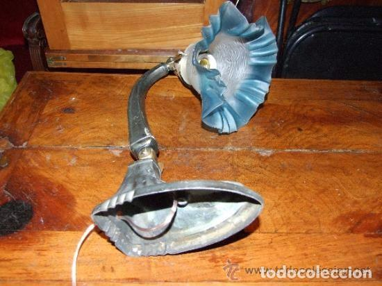 Antigüedades: LAMPARA SOBREMESA ART DECO EN ESTAÑO Y TULIPA CRISTAL AZUL - Foto 3 - 138557282