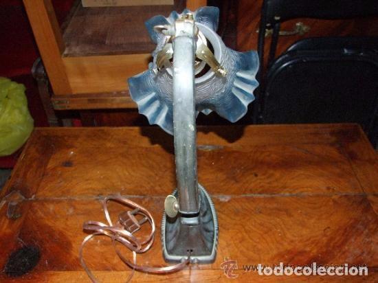 Antigüedades: LAMPARA SOBREMESA ART DECO EN ESTAÑO Y TULIPA CRISTAL AZUL - Foto 4 - 138557282