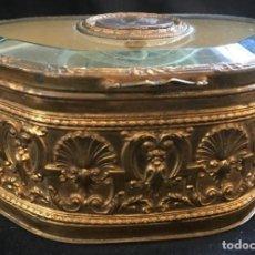 Antigüedades: ANTIGUO JOYERO O RELICARIO ISABELINO, DE METAL DORADO, CON CRISTAL BISELADO, INTERIOR TAPIZADO. Lote 138568626