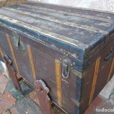 Antigüedades: ANTIGUO BAÚL DE VIAJE CON PATAS A JUEGO ZXY. Lote 138684742