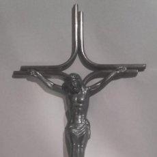 Antigüedades: CRUCIFIJO METAL 35 X 15 CM EN MUY BUEN ESTADO.. Lote 138743022