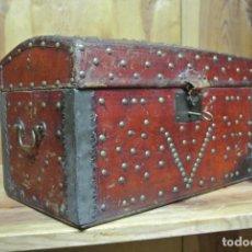 Antigüedades: ANTIGUO BAÚL O ARCA DE PIEL Y TACHUELAS. Lote 138779578